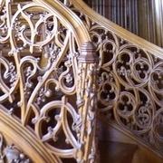 rampe en bois massif sculptée