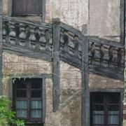 poteaux de colombage accueillant un escalier (à priori une ancienne galerie obturée)