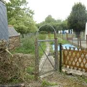 La vieille clôture pourrie, à gauche