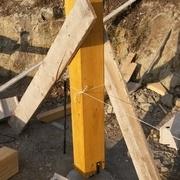 J'ai stabilisé les poteaux avec des planches pour faire l'assemblage