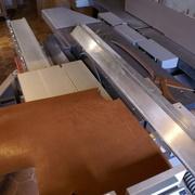 Découpe du cuir à la scie à format