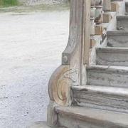 pilastre constitué à la fois d un poteau et d un noyau creux chantourné sculpté