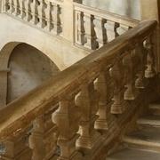 rampe en pierre de taille à balustres chantournés rampants