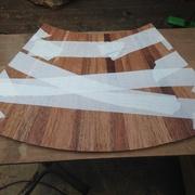Assemblage des douelles avec du scotch papier pour faciliter l'opération de collage