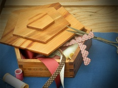 Petite boîte de rangement en merisier