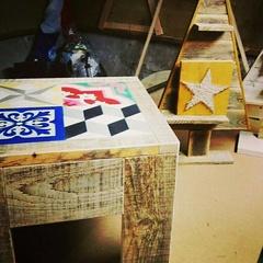 Table de salon en bois de récupération carreaux de ciment