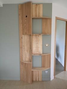 Un meuble étagère en orme