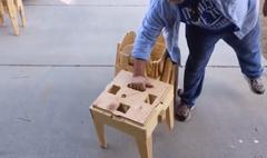 Une ingénieuse table de pique-nique pliante