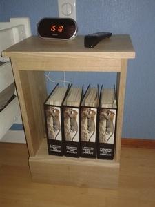 Une petite table de chevet.