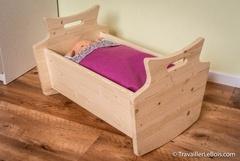 Un lit de poupée en bois