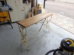 Petit table avec la base de fer forgé