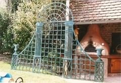 Un porte rosier en pin,......peint