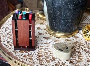 Un pot porte-stylo : ce n'est pas sa place définitive, on évite le grand écart de styles ...