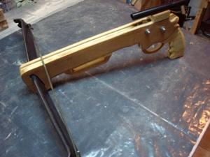 Pistolet arbalète fait de 3 épaisseurs de contre plaqué