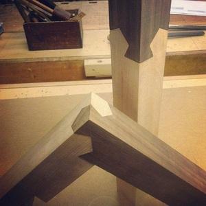 Deux des configurations possibles. La troisième est l'autre angle droit : pour la pièce claire verticale, la pièce sombre peut aussi être emboitée à 90° vers la droite (et cela donne la configuration au premier plan) ou, symmétriquement, vers la gauche.