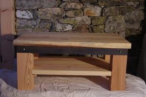 Table basse en mélèze brossé et acier