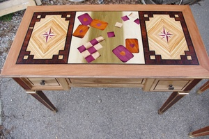 Table à jeux en marqueterie et assise en noyer
