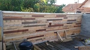Bardage de mur en bois de récupération