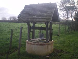 Puits couvert à la campagne