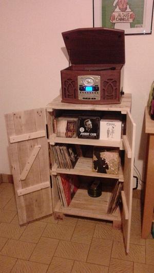 Range CD-vinyles et porte tourne-disque.