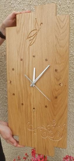 Horloge avec incrustations et gravures