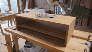 Table basse à coupes d'onglet et à fil continu