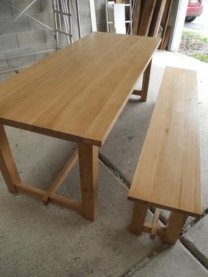 Une table de salle à manger et son banc
