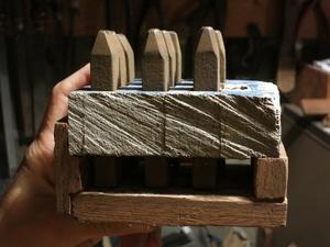 Support pour chiffres à frapper en bois d'épave