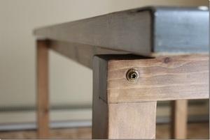 Une table à manger en pin