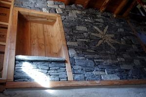 Montée d'escalier avec mélange de bois et pierre