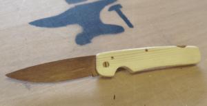 Un couteau de poche entièrement en bois