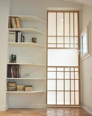 Cloison coulissante inspiration japonaise et bibliothèque
