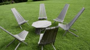 Un ensemble de chaises et table apéritive extérieure
