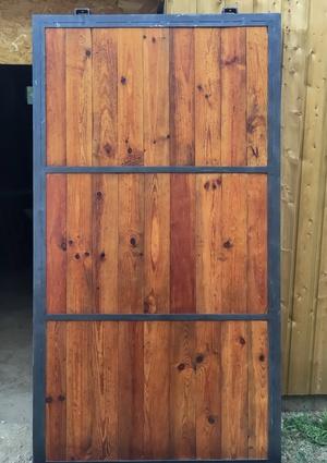 Porte d'atelier avant les dernières retouches de peinture