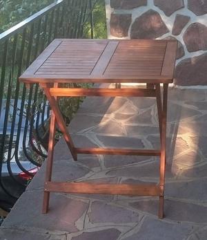 Une petite table pliante de balcon en bois de récupération