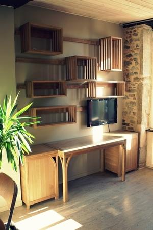 Aménagement d'un espace bureau avec étagères suspendues