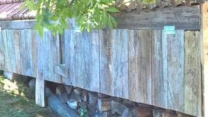 Rangement pour le bois sous les dessous de toit