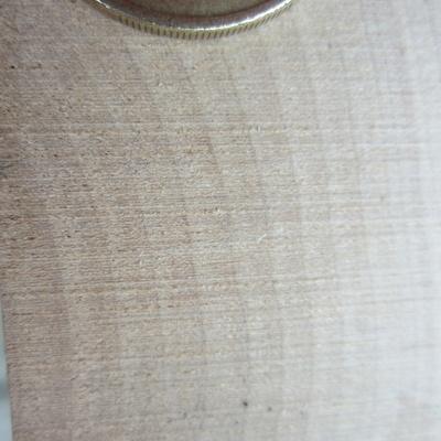 Bois de bout. une pièce de 1 euros est placée sur la photo pour Donner une idée de l'échelle