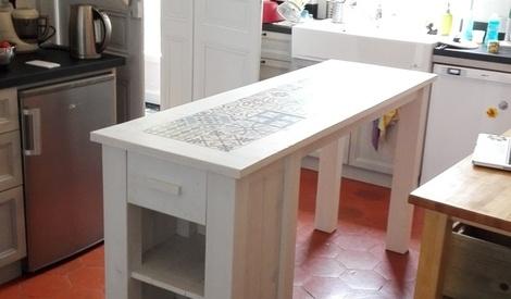 meuble de cuisine bois de recuperation et carrelage ceramique carreaux de ciment imitation par. Black Bedroom Furniture Sets. Home Design Ideas