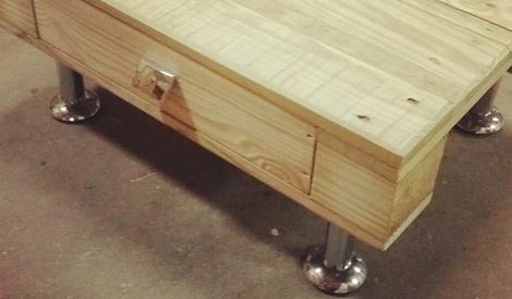 table de nuit en palette par niclasse sur l 39 air du bois. Black Bedroom Furniture Sets. Home Design Ideas
