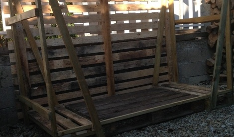 rangement bois chauffage fabriqu en palette par disek sur l 39 air du bois. Black Bedroom Furniture Sets. Home Design Ideas