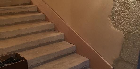 Pas à Pas Pose D Une Plinthe En Chêne Dans Un Escalier En
