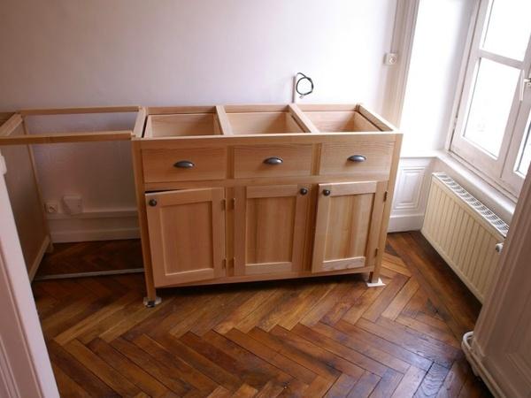 Caisson cuisine bois cuisine en bois clair ouverte sur la for Caisson cuisine bois massif