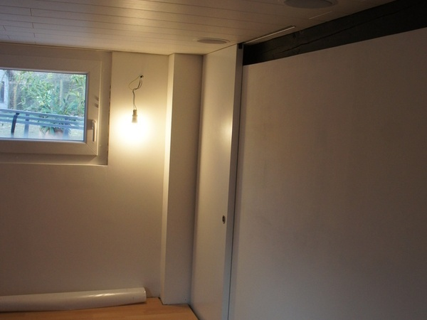 Porte MDF laquée, le mur sert d'écran.