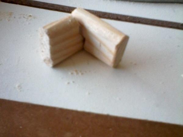 Deux faux tenons qui se complètent pour les mortaises qui se croisent...