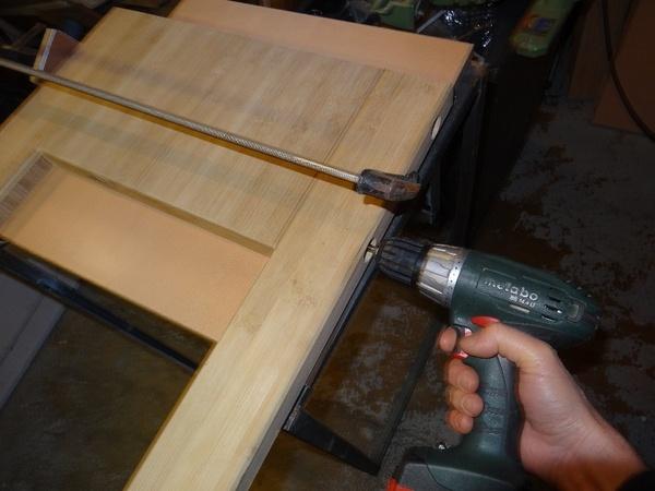 pré-percage des vis d'assemblage. Les alésages réalisés à la mèche plate, sont rebouchés avec un morceau de manche de vieux balais