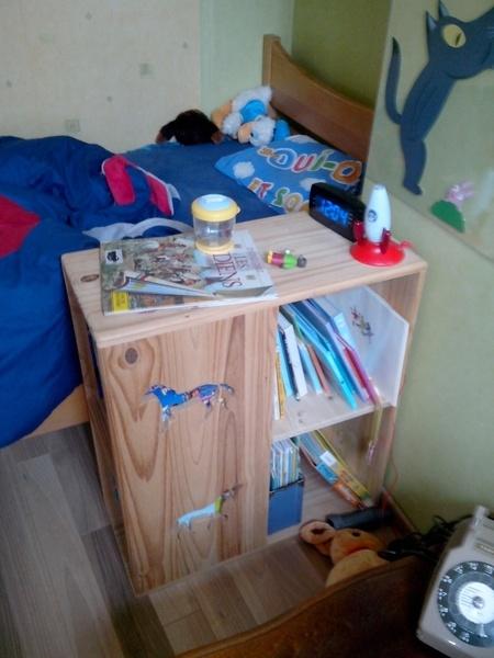 Table de nuit bibliothèque pour mon fils