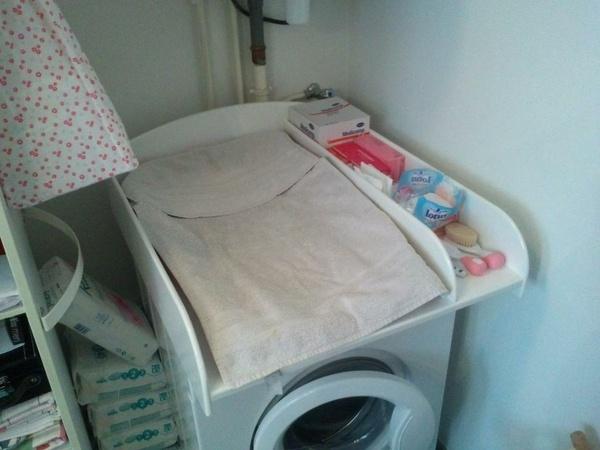 Table à langer en place sur la machine à laver