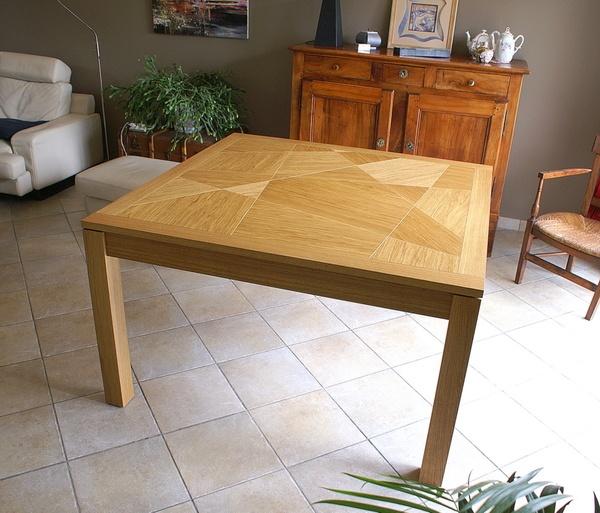 Une table carrée extensible toute en bois
