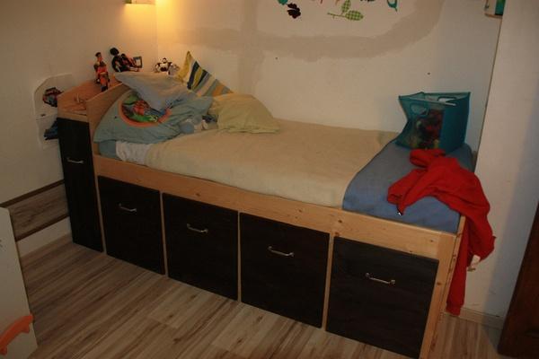 Un lit d'enfant surélevé
